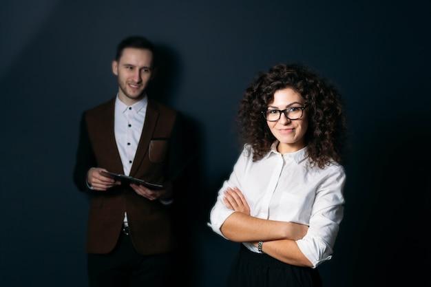 青い背景の若いスタートアップのビジネスチームの男性と女性