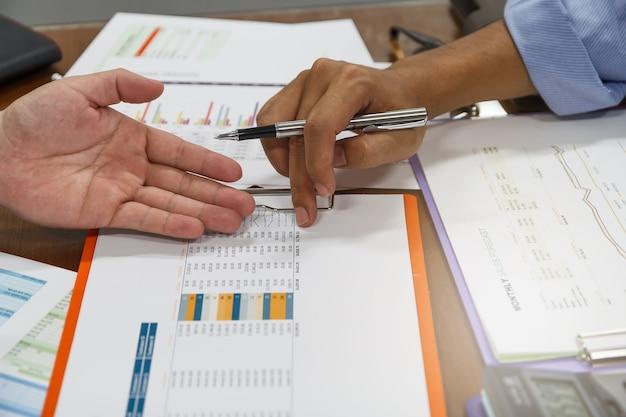Встреча бизнес-команды и обсуждение плана проекта. предприниматели обсуждают вместе в зале заседаний. профессиональный инвестор, работающий вместе с бизнес-проектом. задачи финансового менеджера.