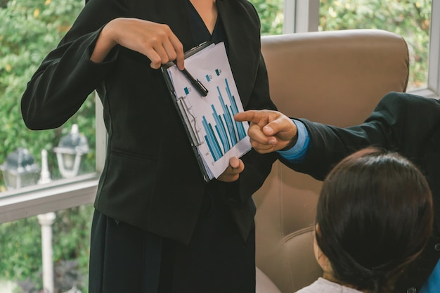 Встреча бизнес-команды и обсуждение с графиком маркетинга