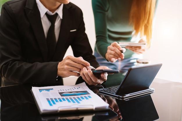비즈니스 팀 회의 및 비즈니스 결과 제시 사무실에서 비즈니스 성과 개념