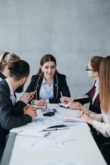 비즈니스 팀 회의. 기업 전략 개발. 여자 팀 리더 생각.