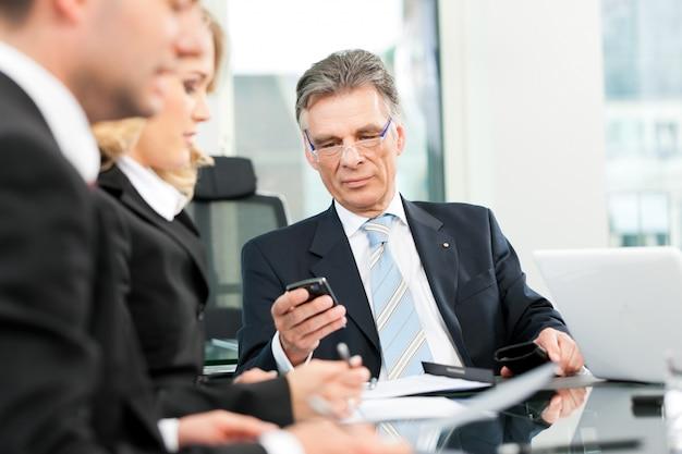 Бизнес - встреча команды в офисе
