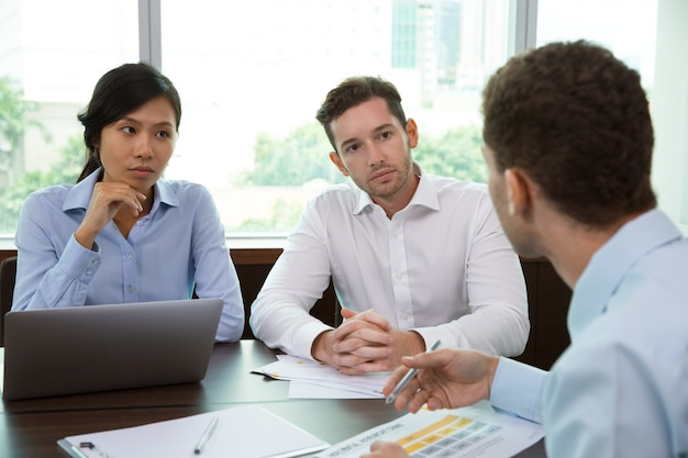 オフィス2でのビジネスチームミーティング