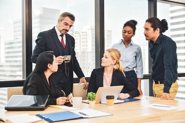 マーケティングプロジェクトを計画しているオフィスチームワークのビジネスチーム会議