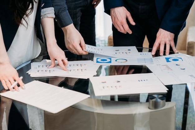 オフィスワークスペースでのビジネスチーム会議