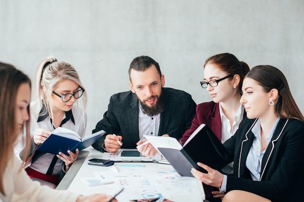 비즈니스 팀 회의. 돈 버는 전략. 서류 작업에 종사하는 회사 동료.