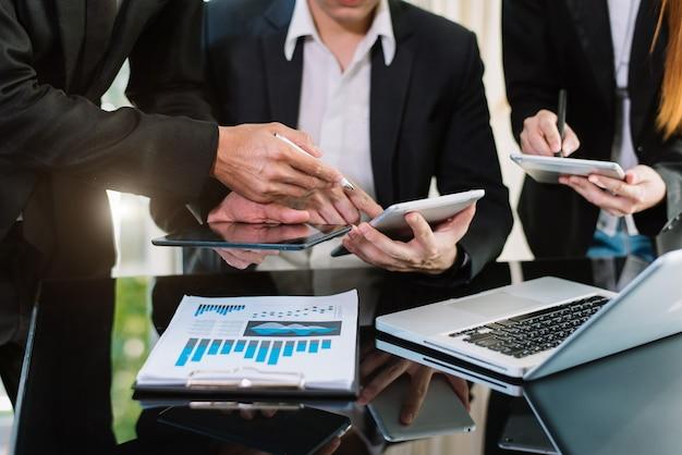 재무 관리자 작업과 함께 작업하는 비즈니스 팀 회의 present.professional 투자자. 아침 햇살에 노트북 스마트 폰과 디지털 태블릿