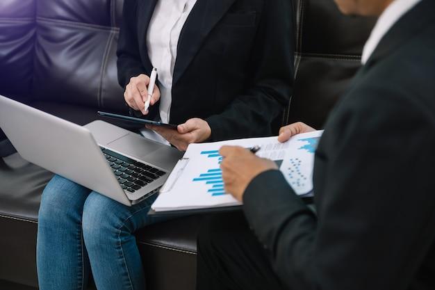 ビジネスチームミーティング。新しいスタートアッププロジェクトに取り組んでいるプロの投資家。財務タスク。朝の光の中でスマートフォンとラップトップとデジタルタブレットコンピューターで