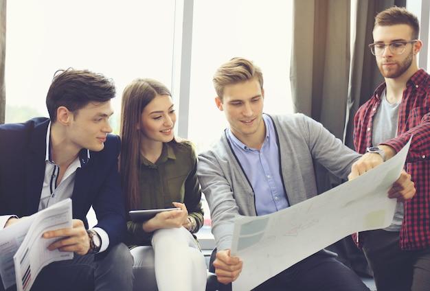 Встреча бизнес-команды, рабочий процесс. команда людей работает с новым стартап-проектом.