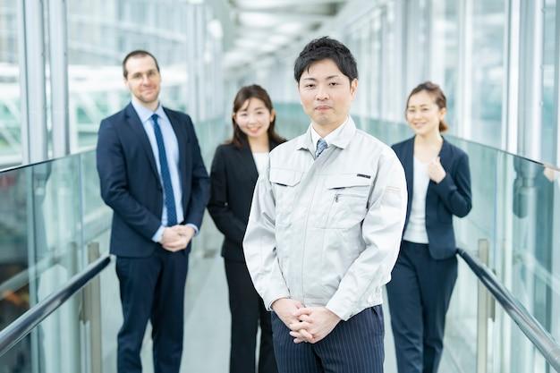 作業服やスーツを着たビジネスチームの男性と女性
