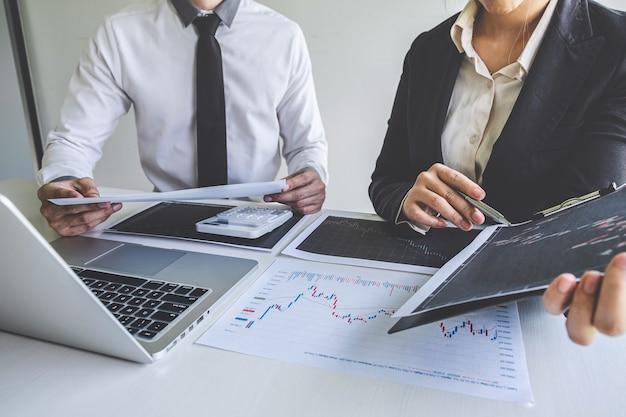 Деловая команда на встрече, беседе и сотрудничестве, обсуждении партнерского сотрудничества, планировании инвестиционного трейдингового маркетингового проекта с инвестором сделки биржи с целью получения прибыли для бизнеса.