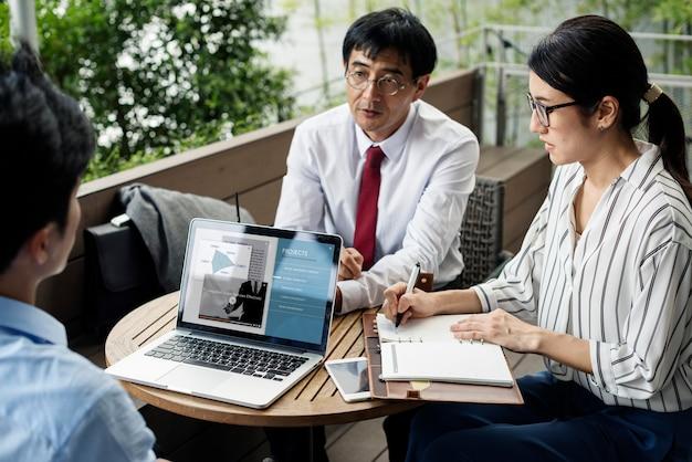 Обсуждение бизнес-команды в кафе