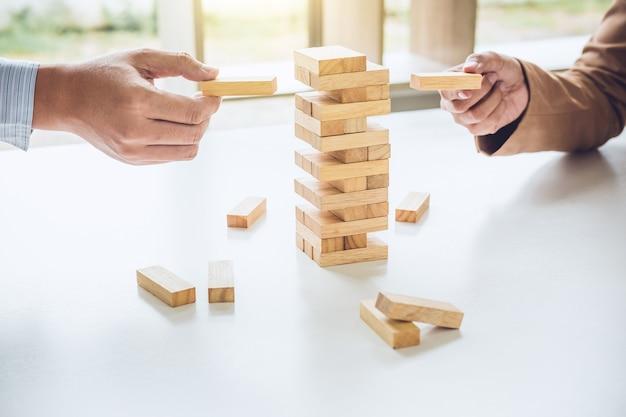 Бизнес-группа, играющая в лесную игру, руки исполнительного сотрудничества, размещение деревянного блока