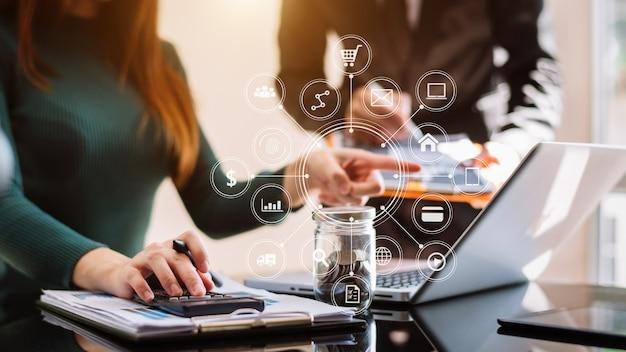 Присутствует бизнес-команда. профессиональный инвестор, работающий над новым start-up проектом. .цифровой планшетный портативный компьютер финансовые менеджеры встречаются с цифровыми маркетинговыми медиа в виртуальном значке.