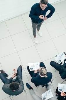 ワーキングミーティングで結果を報告するビジネスチーム