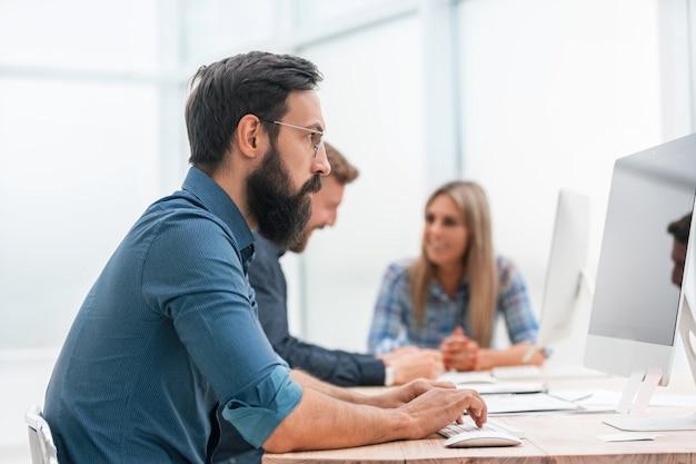 Бизнес-команда, сидя за столом в офисе. рабочие будни