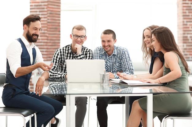 사무실 테이블에 앉아 비즈니스 팀입니다. 사람과 기술