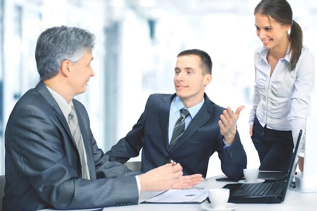 オフィスに座って仕事を計画しているビジネスチーム