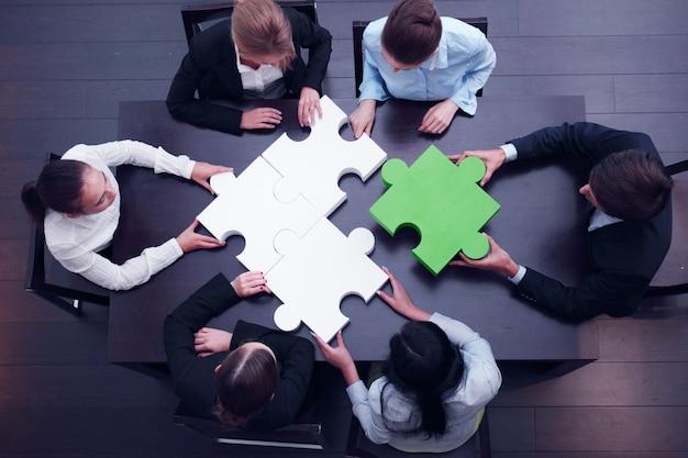 Бизнес-команда, решающая головоломку