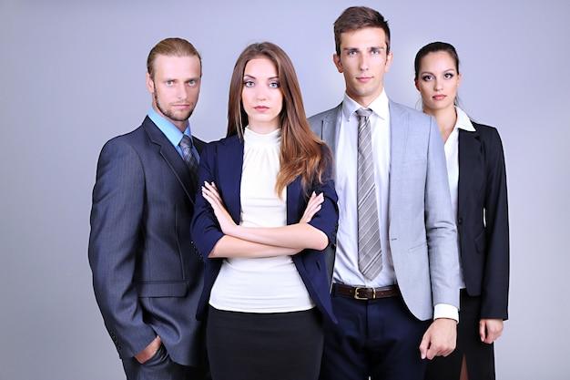 灰色の表面に一列に並ぶビジネスチーム
