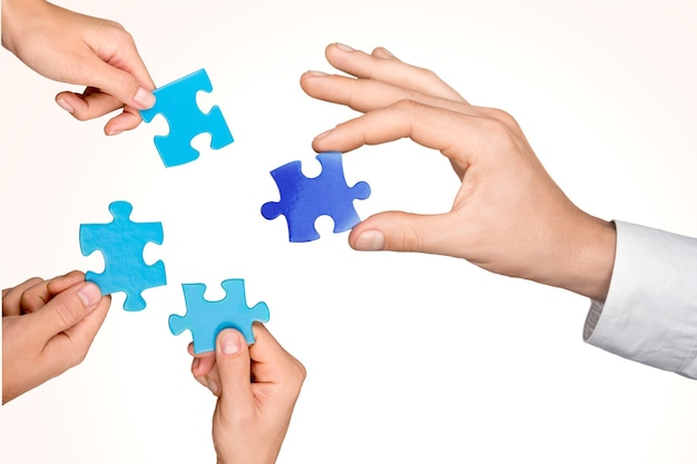 Концепция стратегии бизнес-команды. руки с кусочками пазла