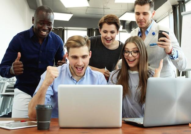 ビジネスチームの成功達成アームレイズドコンセプト。