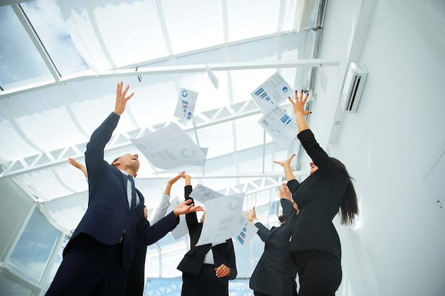 Бизнес-команда выводит финансовые диаграммы на вершину