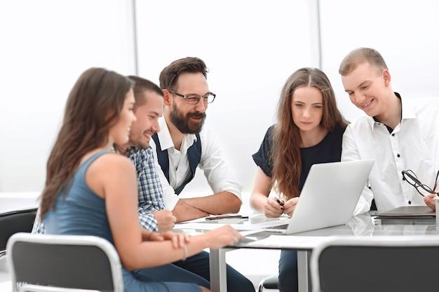 비즈니스 팀은 노트북을 사용하여 비즈니스 news.people 및 기술을 봅니다.