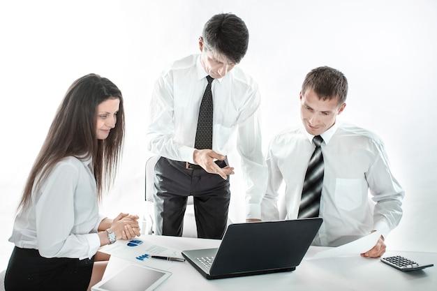 職場でラップトップを使用しているビジネスチーム
