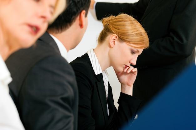 회의에서 일하는 비즈니스 팀