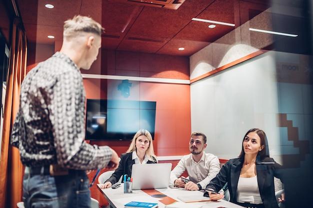 Бизнес команда работает в офисе