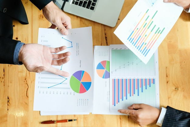 Бизнес-группа, работающая над новым бизнес-планом с современным цифровым компьютером. вид сверху.