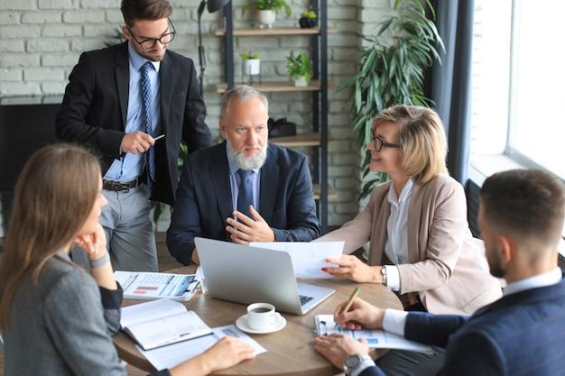 업무 결과를 확인하기 위해 노트북 작업을 하는 비즈니스 팀.