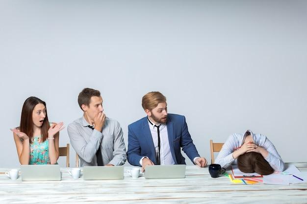 Деловая команда, работающая над своим бизнес-проектом вместе в офисе