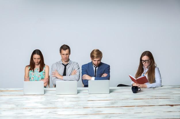 オフィスで一緒に彼らのビジネスプロジェクトに取り組んでいるビジネスチーム