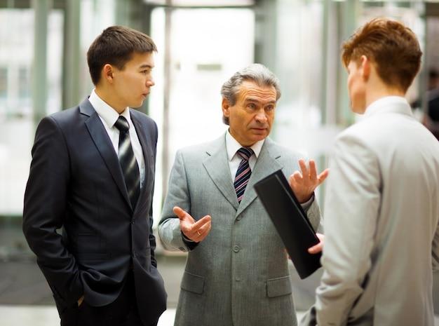 オフィスで一緒にビジネスプロジェクトに取り組んでいるビジネスチーム