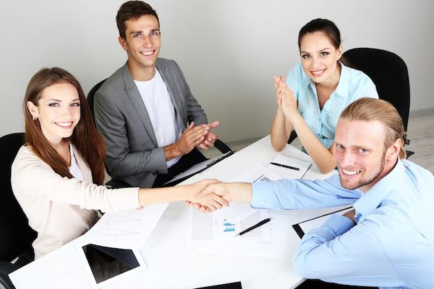 オフィスで一緒にプロジェクトに取り組むビジネスチーム