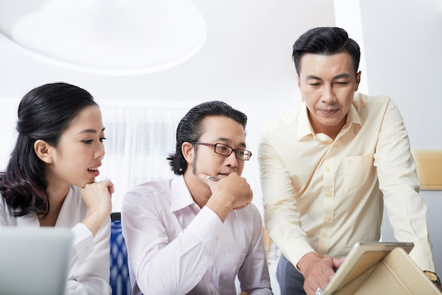 Squadra di affari che lavora a un progetto utilizzando il tablet pc