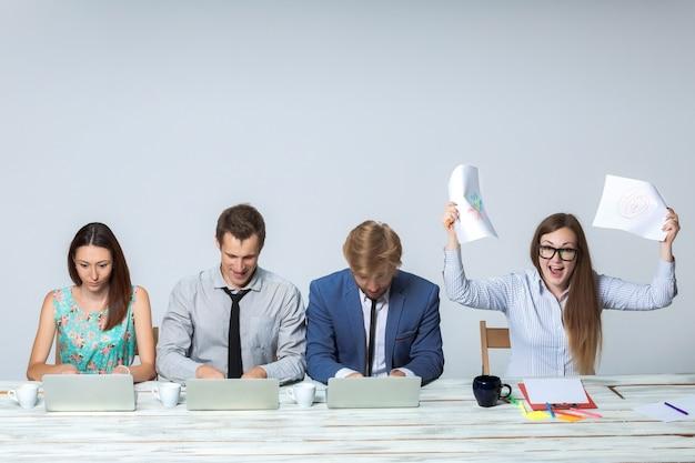 Squadra di affari che lavora al loro progetto di affari insieme all'ufficio