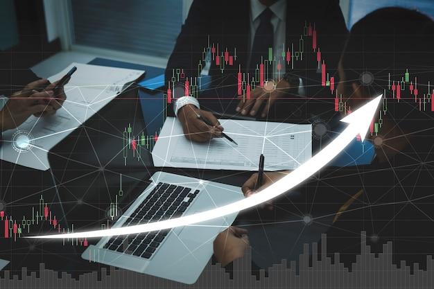 Деловая команда, работающая вместе для успешной инвестиционной сделки с графиком роста доходов