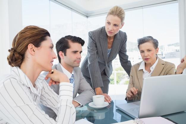ラップトップで一緒に働くビジネスチーム