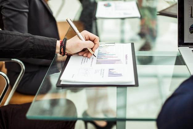 Бизнес-команда, работающая с маркетинговым отчетом