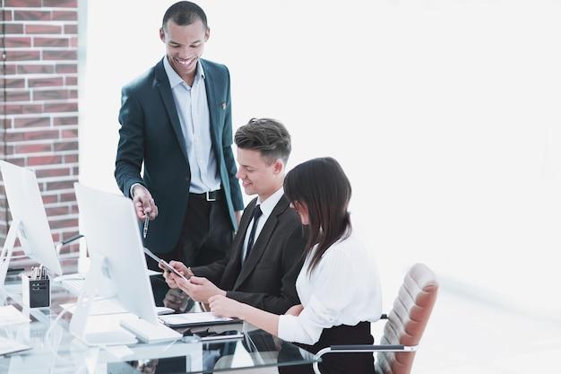 現代のオフィスでドキュメントを扱うビジネスチーム。チームワークの概念