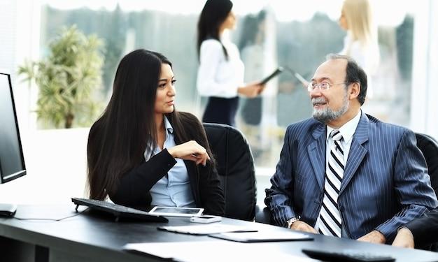 비즈니스 팀은 사무실에서 재무 문서로 작업합니다.