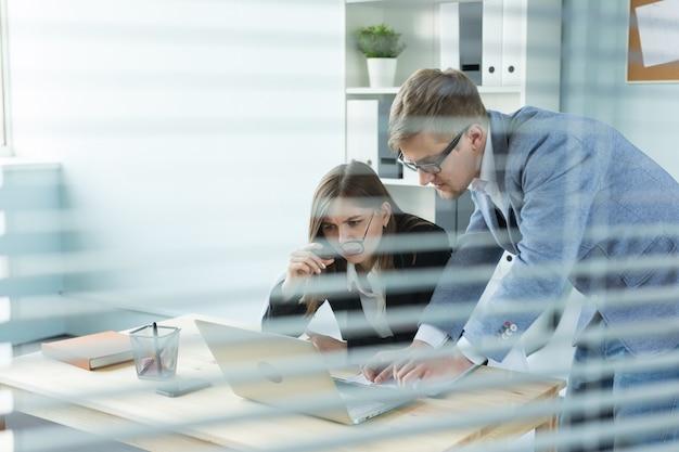 비즈니스, 팀워크 및 사람들 개념-여자와 남자는 사무실에서 함께 일하고 있습니다