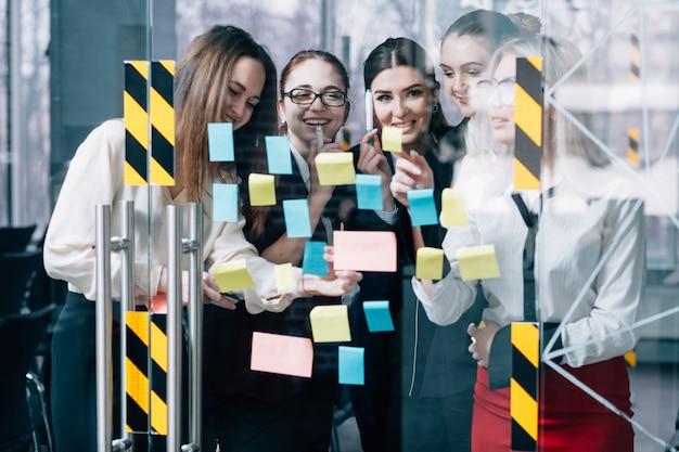비즈니스 팀워크. 협업 브레인 스토밍. 창의적인 전략을 개발하는 기업 여성 그룹.