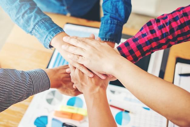비즈니스 팀워크 손을 팀 정신 협업 개념에 합류