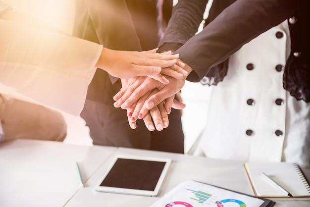 성취 목표를 위한 비즈니스 팀워크 회의 및 성공