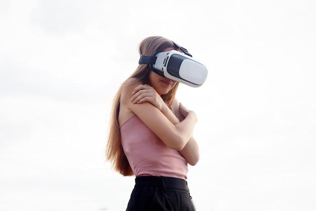 Бизнес, технологии, vr, люди и концепция образа жизни - изумленная молодая красивая девушка использует новую технологию vr vr-оборудование на рынке удивительные виды на гарнитуру oculus 3d-видео очки vr-гарнитура 360-градусное видео