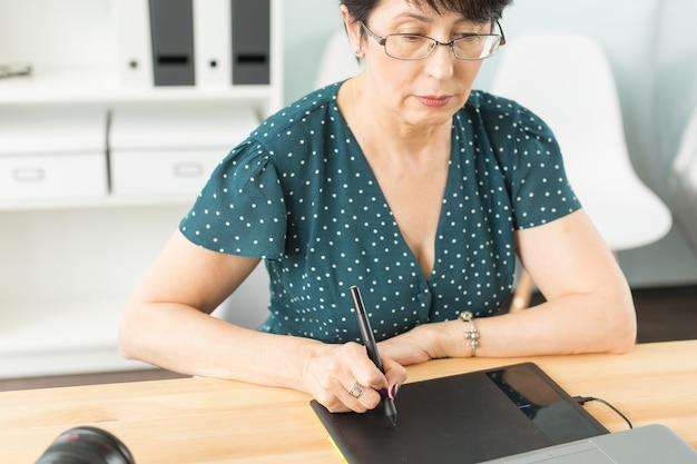 비즈니스, 기술 및 사람들 개념-그래픽 태블릿을 사용하여 행복한 여자의 닫습니다